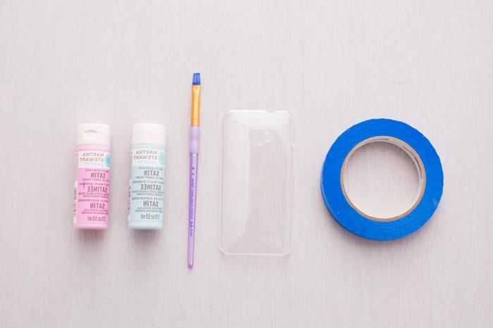 DIY Zubehör für personalisierte Handyhülle, Acrylfarben in pink und hellblau, durchsichtige Hülle, Pinsel in lila