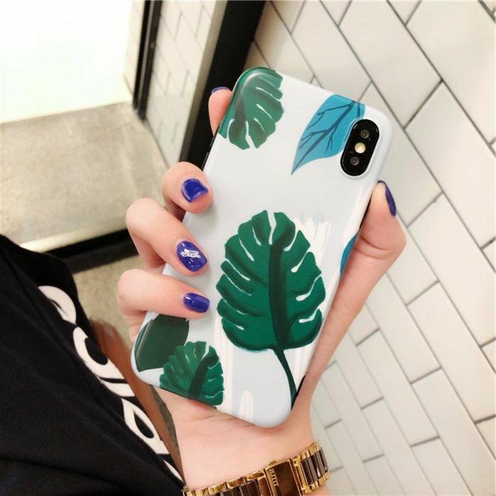 Silikon Handyhülle, Hülle selbst gestalten, Palmen Motive und Blattmuster in grün und blau, Hand mit lila Nagellack