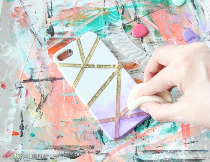 DIY Anleitung für personalisierte Handyhülle, Lila Farbe mit Kosmetik Schwamm auftragen, bunter Hintergrund