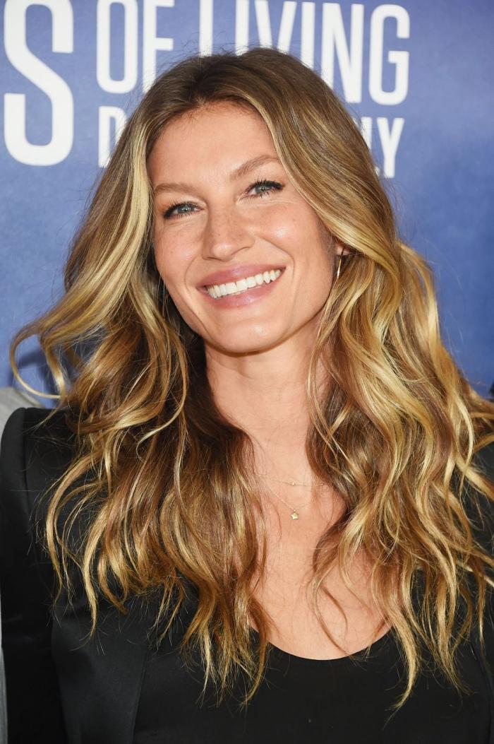 lange hasennussbraune haare mit blonden strähnen, schwarzes sakko, make up für blaue augen