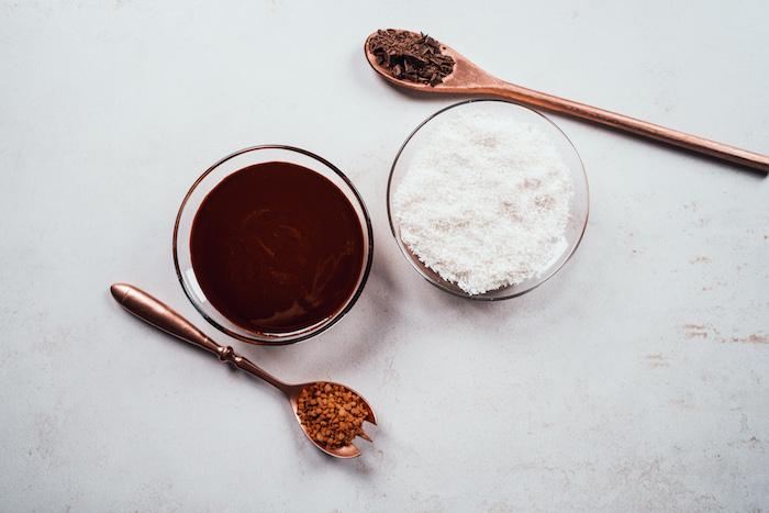 Geschmolzene Schokolade und Kokosraspel zum Dekorieren