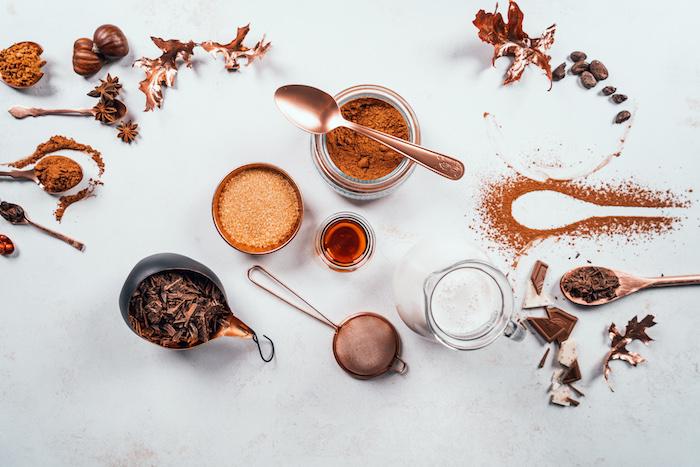 Heiße Schokolade selber machen, Kakaopulver und Kokosnusszucker, Kokosmilch und Schokoladenspäne