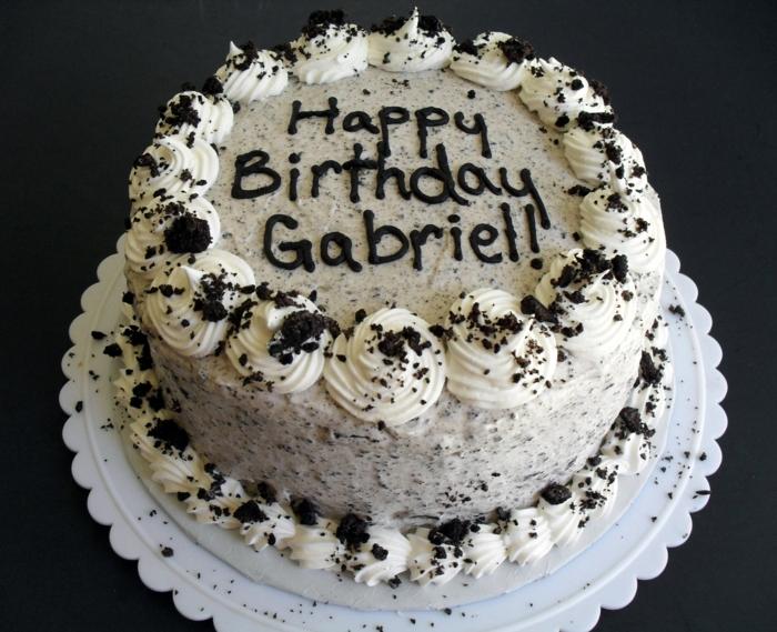 Happy Birthday Gabriell steht mit Schokoladen geschrieben auf diese Torte, Oreo Keks Kuchen Rezept