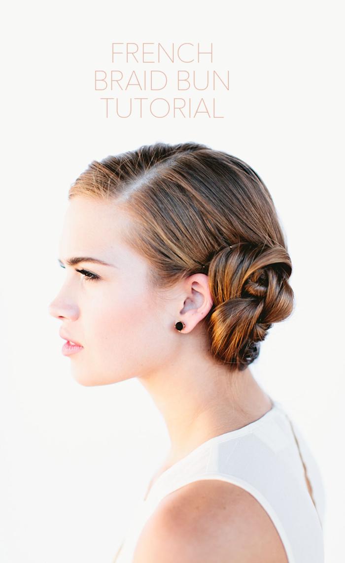 Seitlicher Dutt, Haare mit Seitenscheitel, schöne Brautfrisur zum Nachstylen, hellbraune Haare