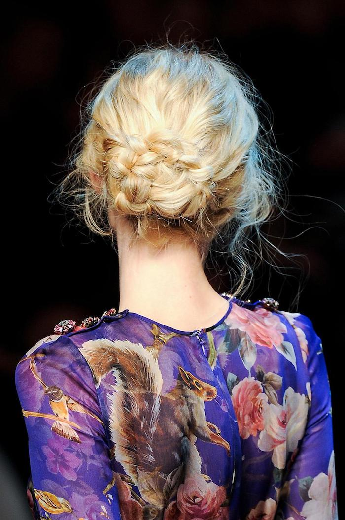 Haare flechten und niedrigen Dutt stylen, lange blonde Haare, einfache Hochsteckfrisuren