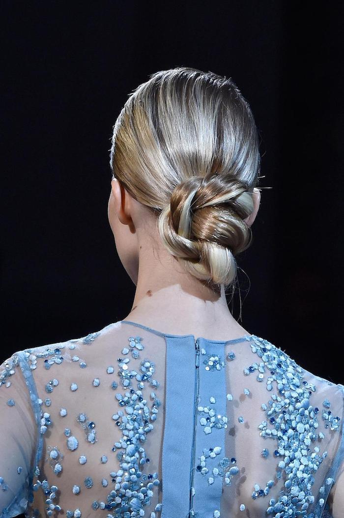 Niedriger Dutt zum Nachstylen, für mittellange Haare, hellblaues Kleid mit Kristallen