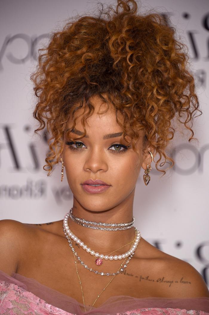 Haare zum Pferdeschwanz binden, lockige Haare, Haarstyle Inspiration von Rihanna, schulterfreies Kleid mit Spitzenelementen