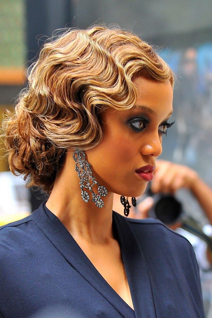 Elegante Hochsteckfrisur für mittellange Haare, Haarstyle Inspiration von Tyra Banks, Smokey Eyes und roter Lippenstift