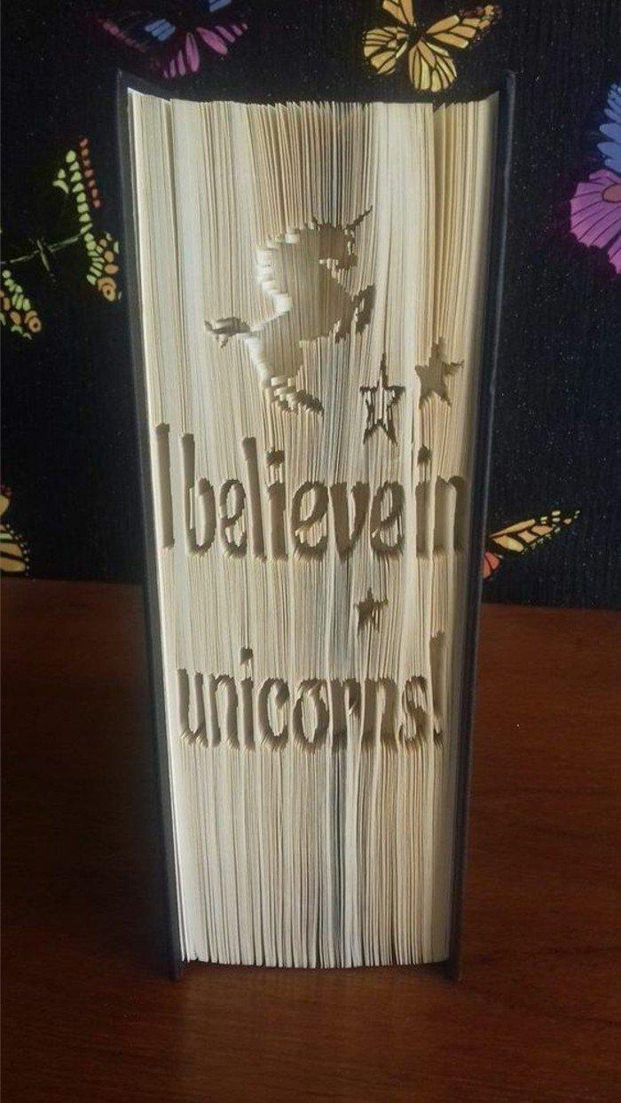 eine Botschaft über Magie der Bücher, ein Einhorn Bild in Buch geschnitzt, Bücher falten