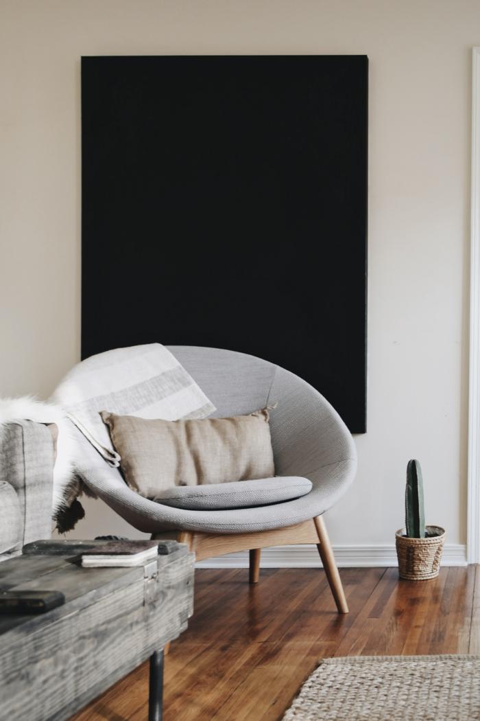 ein Sessel, schwarze Heizung, Heizen mit Stil