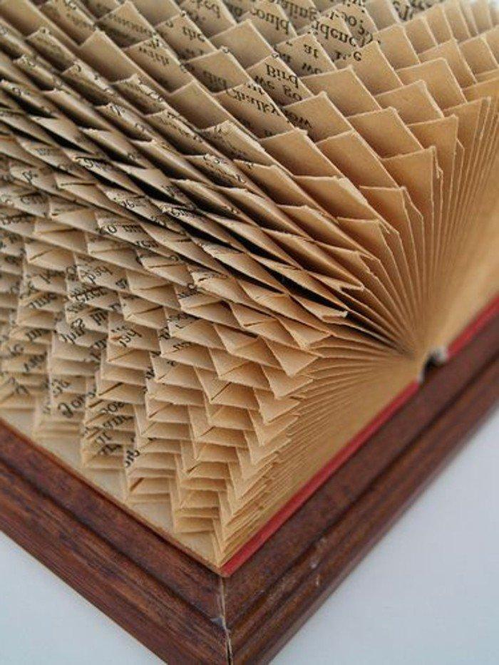 prächtige gefaltete Bücher, roter Buchumschlag, die Falten können so viele Sachen darstellen