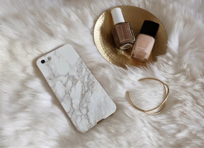iphone 6s handyhülle marmor effekt in weiß und schwarz, flauschige Decke, Nagellacke in nude und braun