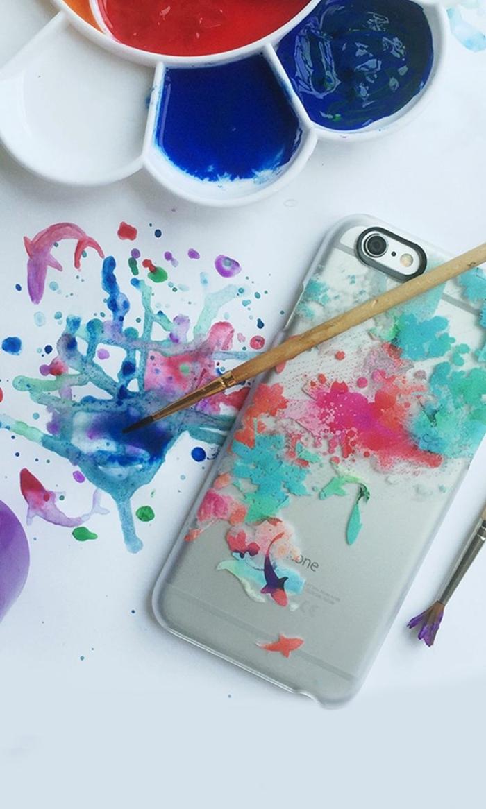 Palette mit Farben, iphone 6s Handyhülle bemalt in grün und pink, personalisierte Handyhülle, zwei Pinsel