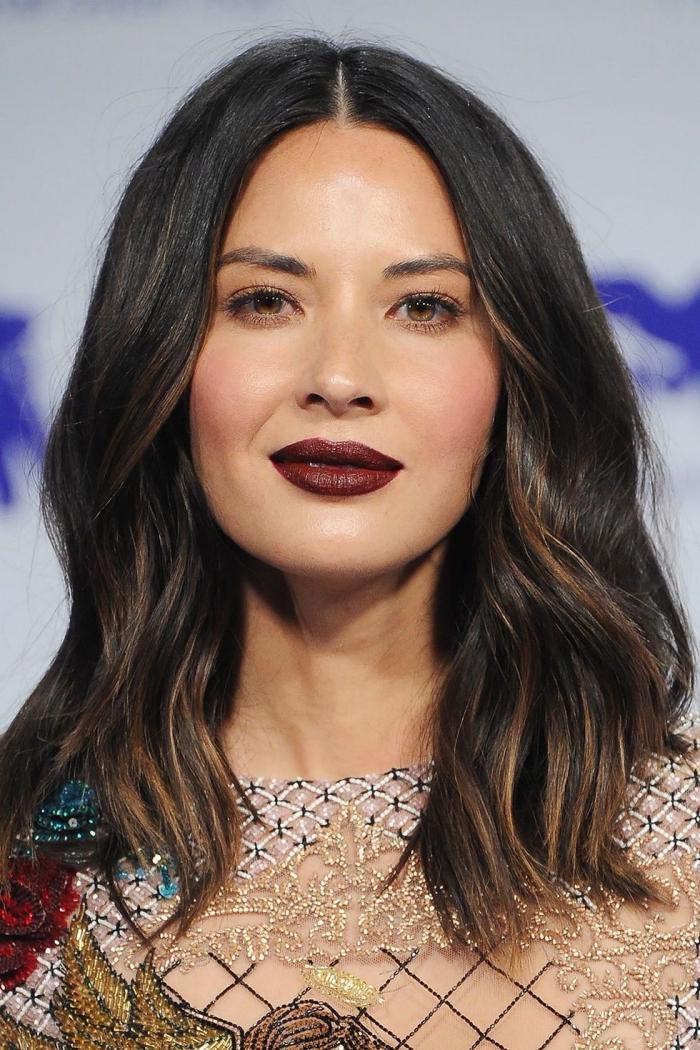 karamellfarbige strähne, kastanienbraune haare, olivia munn, dunkelroter lippenstift