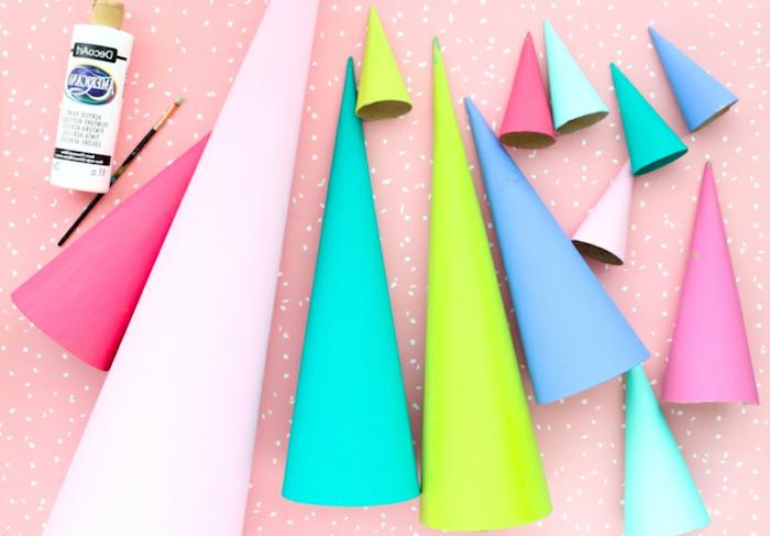 Bunte Kegel aus Karton, Punkte mit weißer Farbe daran setzen als Schneeflocken, DIY Weihnachtsbaum aus Karton