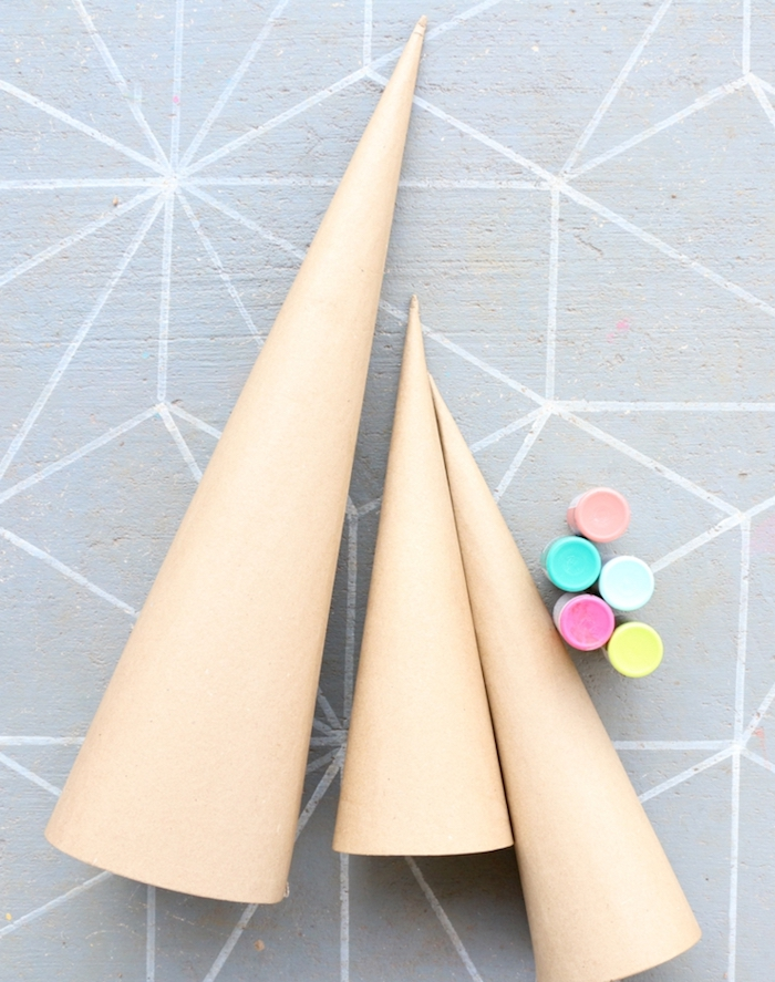 Kegel aus Karton mit fünf Farben bestreichen, Mini Weihnachtsbäume selber machen