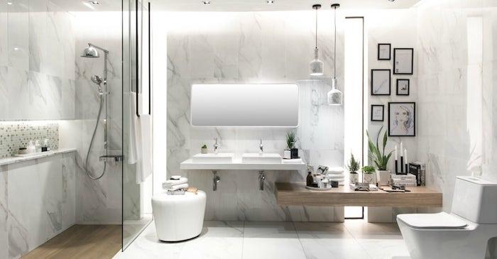 großes badezimmer weiß mit spiegelschrank und weißen badezimmer lampen, kleine weiße vasen mit grünen pflanzen, eine dusche aus metall