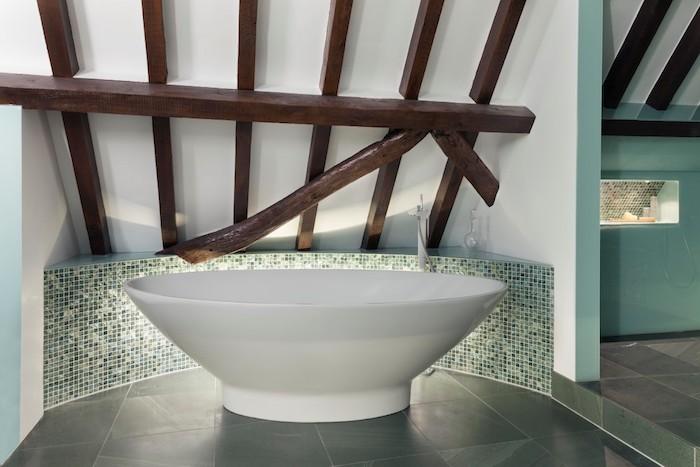 moderne badideen, ein kleines badezimmer mit grünen badezimmer fliesen und einer kleinen weißen badewanne, badezimmer modern gestalten