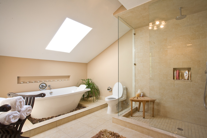 eine weiße freistehende badewanne im badezimmer mit einem fenster und mit gelben badezimmer fliesen, moderne badezimmer bilder