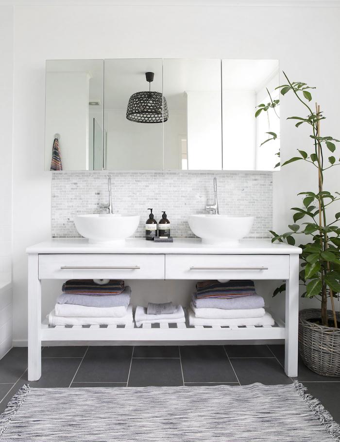 moderne badezimmer lamoe, ein boden aus schwarzen badezimmer fliesen und ein badezimmer spiegelschrank mit weißen tüchern und weißen waschbecken