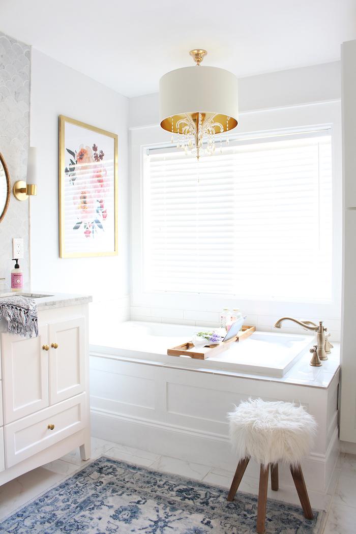 weiße badezimmer lampe und eine weiße badewanne, boden aus weißen fliesen und kleiner weißer stuhl