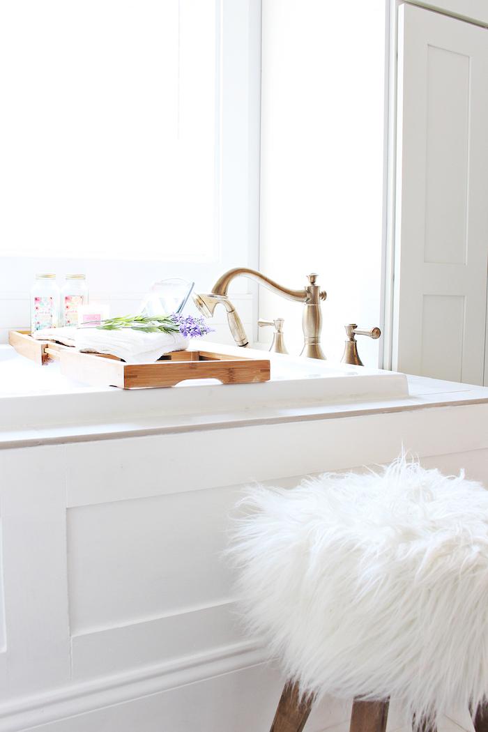 weißer kleiner stuhl im badezimmer mit einem weißen waschbecken, badezimmer mit einem fenster