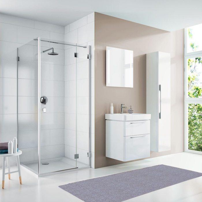 kleiner violetter teppich und eine dusche im badezimmer mit weißen badezimmer fliesen, spiegel und waschbecken, moderne badezimmer mit fenstern