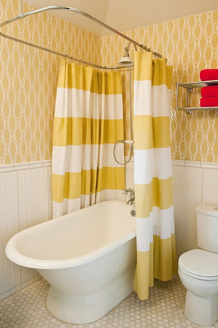 kleine weiße badewanne im badezimmer mit gelben tapetten, badezimmer deke, moderne badezimmer bilder