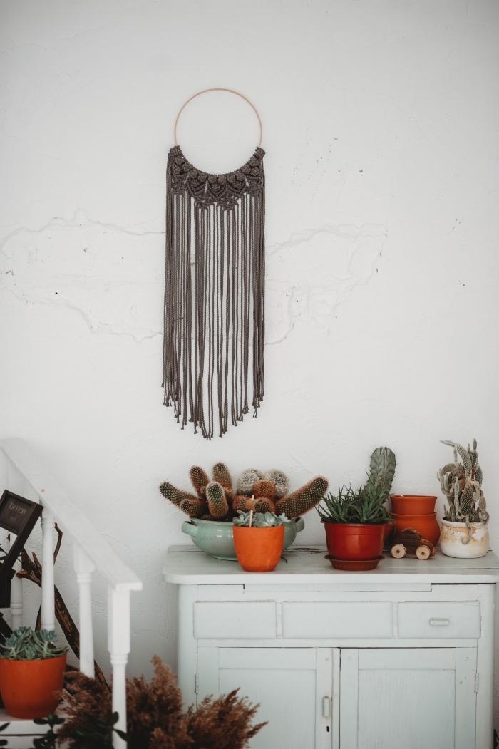makramee knoten auf runder basis, schöne deko elemente, kakteen blumen auf einem schrank