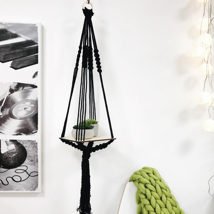 makramee knoten bei einem blumenaufhang deko ideen regal für blumen hängend, schwarzes design