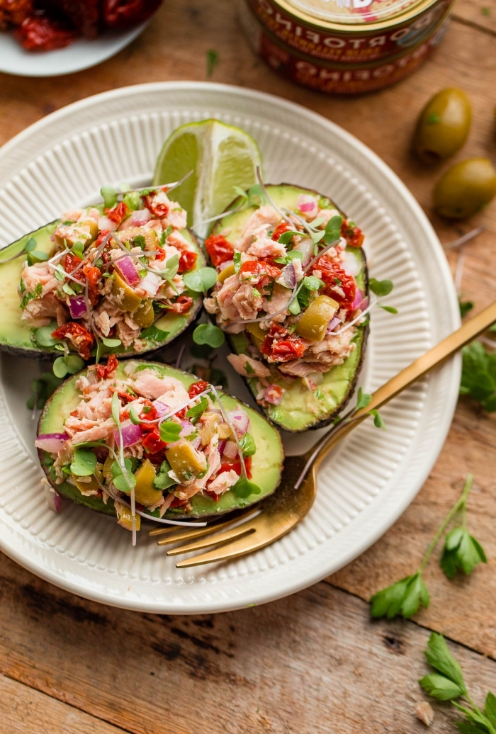 kochen für gäste, avocados gefüllt mit schinken und gemüse, goldene gabel