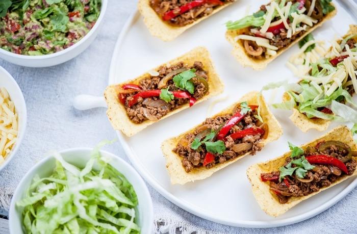 kochen für gäste, tacos mit fleisch, paprika und zwiebel, grüner salat, weiße servierplatte