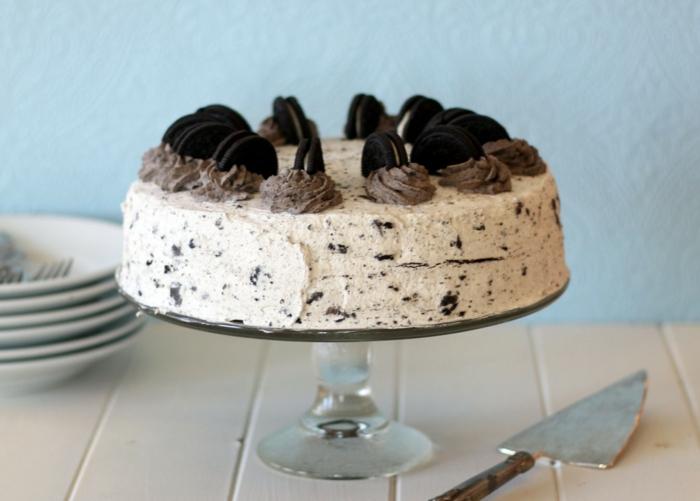 Oreo Milchcreme, Oreo Torte mit braunen Blütten aus Schokoladencreme und Oreo Kekse