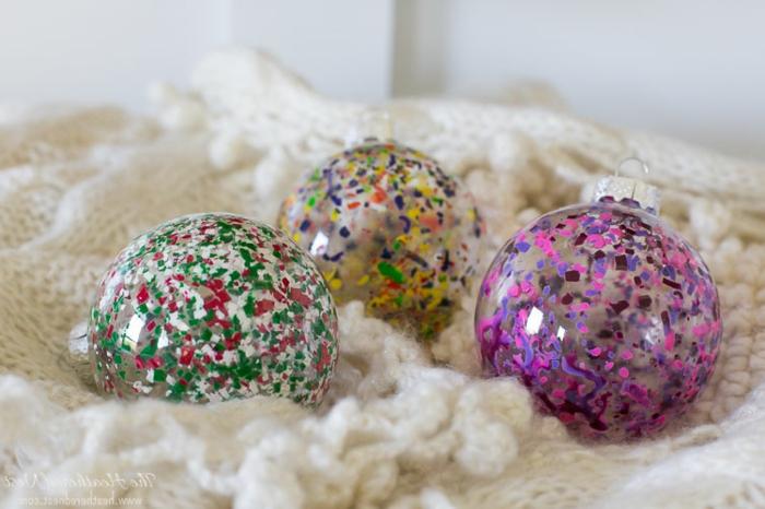bunte Tupfen auf durchsichtige Kugeln, Weihnachtskugeln bemalen in knalligen Farben
