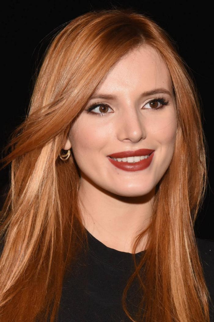 glatte lange haare mit karamellfarbigen nuanncen, kupfer haarfarbe, natürliches make up