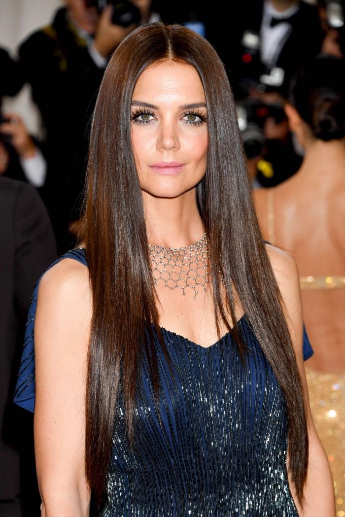 lange glatte glänzende hellbraune haare, dunkelblaues abendkleid, frisur für diamantenförmiges gesicht