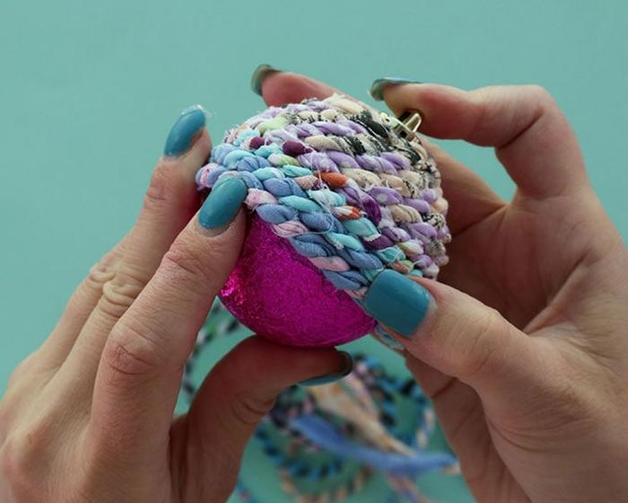 lila und blauer Garn um die Christbaumkugel umhüllen, Weihnachtskugeln selbst gestalten