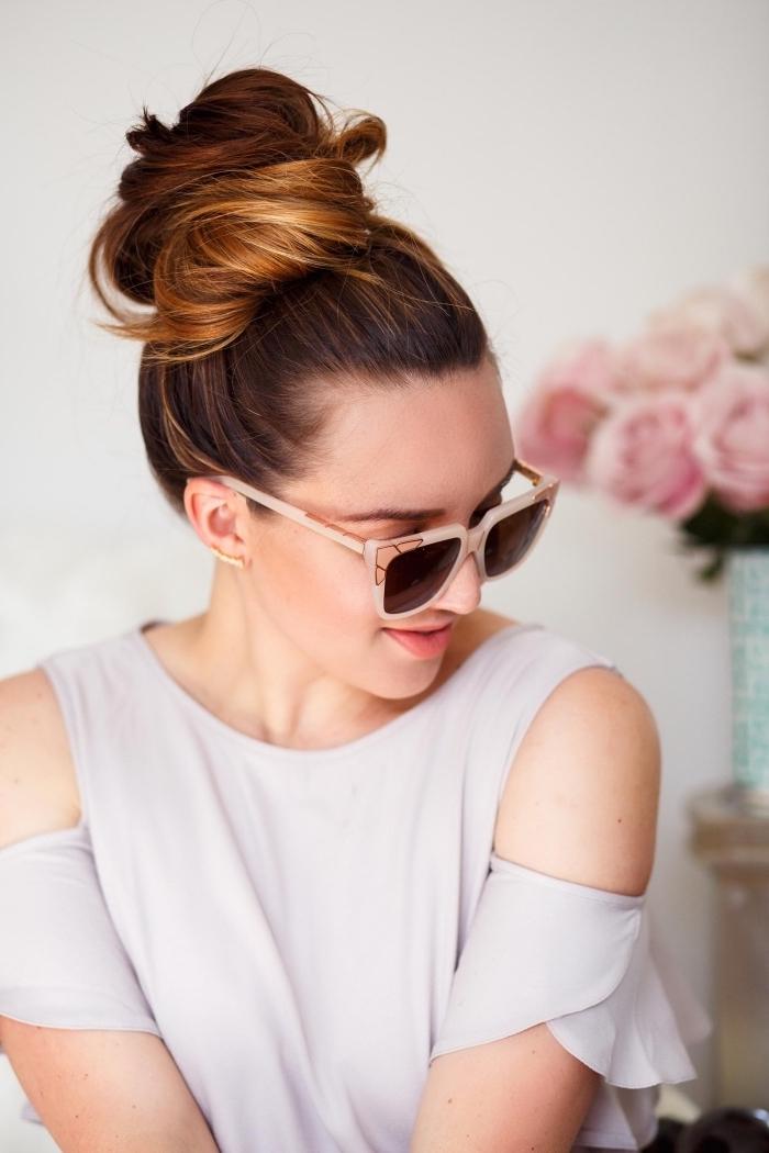 Messy Dutt selber machen, schöne und leichte Frisur für den Alltag, lange braune Haare, weißes Top und Sonnenbrille