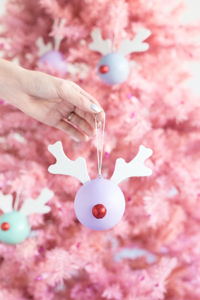 ein lila Rentier, Christbaumkugeln selber gestalten, ein rosa Weihnachtsbaum im Hintergrund
