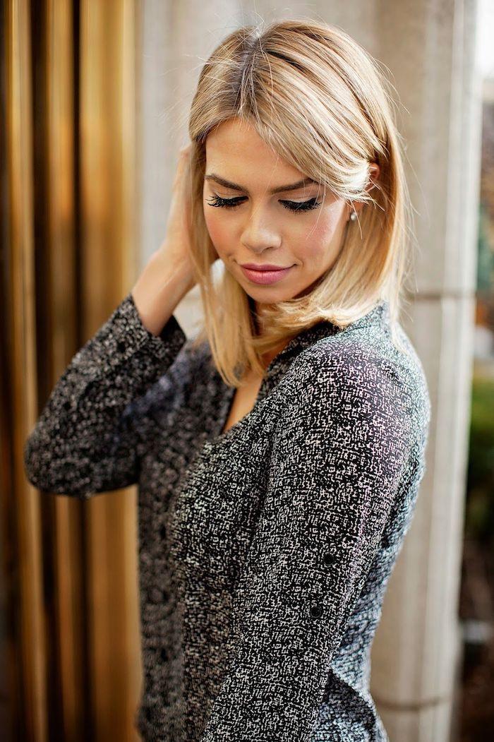 Blonder Lob, mittellange glatte Haare mit Mittelscheitel, matter Lippenstift und schwarzer Lidstrich