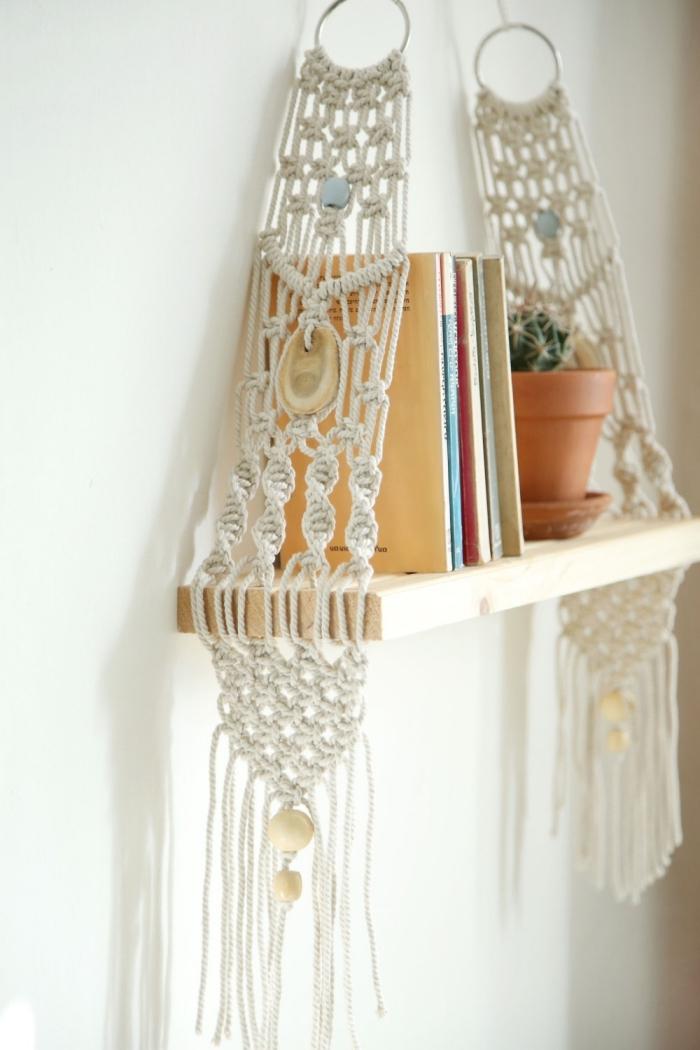 blumenampel makramee oder bücherregal dekorationen zu hause, bücher ordnen
