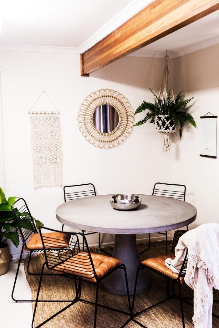 blumenampel makramee, deko an der wand und decke, neben dem tisch, orientalische ecke im wohnraum esszimmer