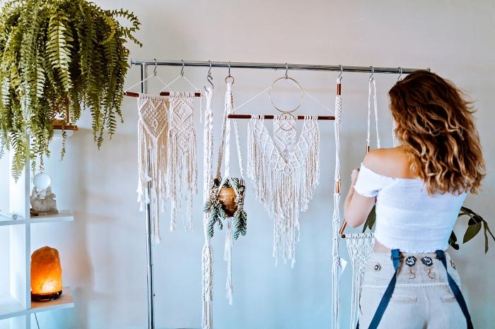 makramee blumenampel dekoration oder gute businessidee, selber machen deko ideen, eine frau hängt die makramees an einem haken