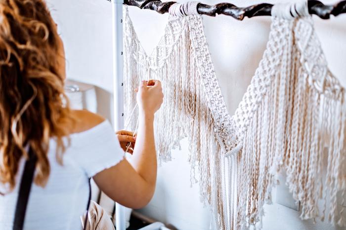 makramee blumenampel deko ideen eine frau strickt selber mit den händen, makramee aus weißem stoff