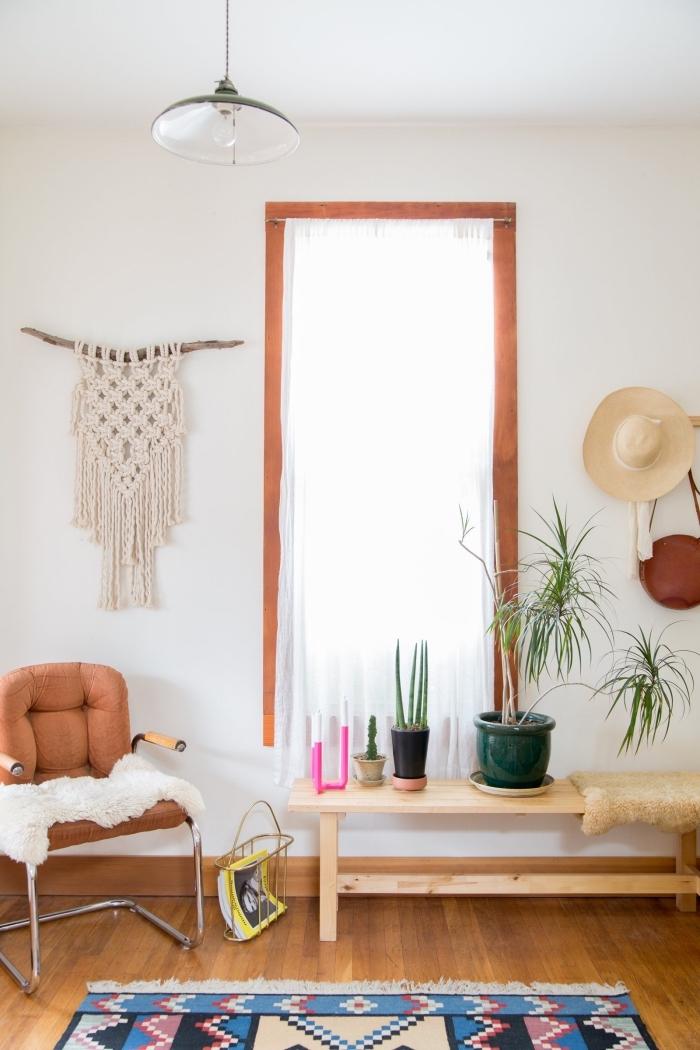 makrameee blumenampel und wanddeko ideen, eine erholungsecke zu hause mit sessel, pflanzen, ein hut an der wand hängen
