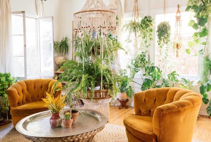 makramee vorhang oder lüster aus stoff selber machen, deko ideen, zwei sessel in orange gelber farbe