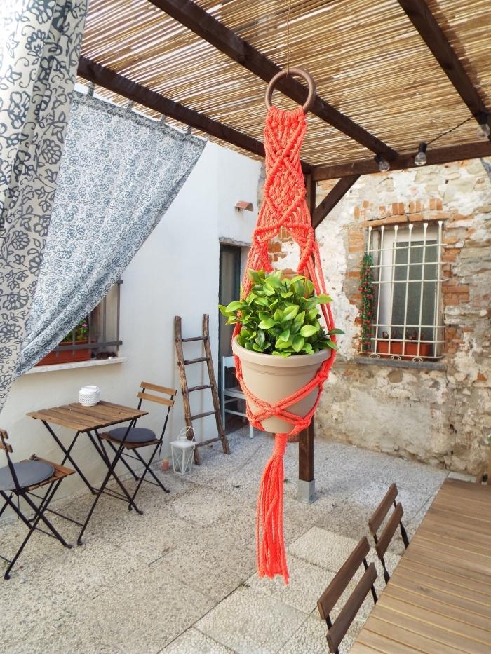 makramee anleitung idee, orangene blumenampel deko für balkon oder terrasse, tisch mit zwei stühlen