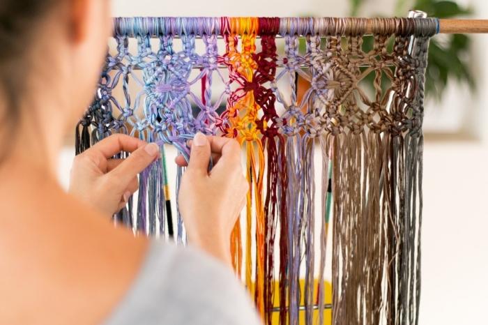 bunte makramee anleitung, so geht es, eine frau zeigt wie man makramee knotet und strickt, bunte faden deko