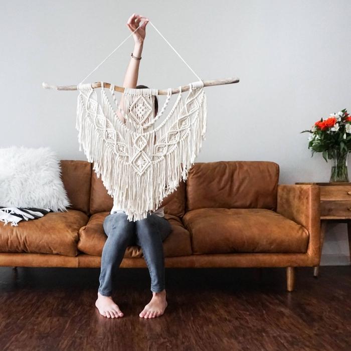 makramee garn selber stricken ideen zum nachmachen, eine frau sitzt im sofa und zeigt, was sie vom stoff gebastel hat