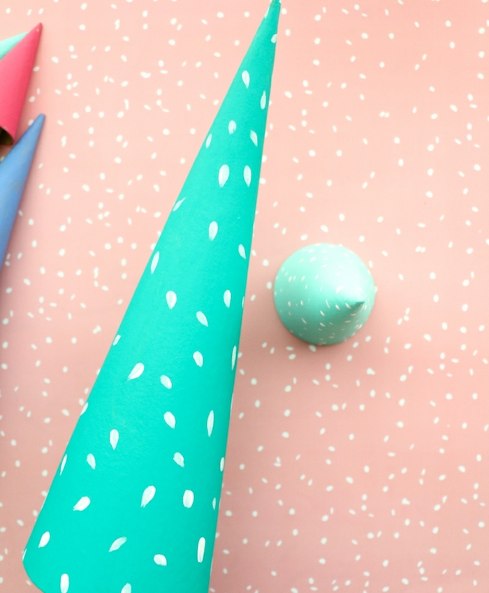 Grüner Kegel aus Karton mit weißen Punkten, einfache Ideen für selbstgemachte Weihnachtsdekoration